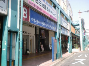 松山市駅バス停8番のりばの画像