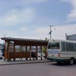 壬生川駅前バス停(周桑バス)とJR壬生川駅の画像