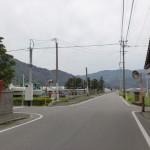 城山・十坊山を示す道標の立てられた交差点地点の画像