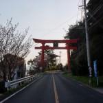 鏡山神社参道入口の赤い大鳥居の画像