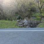 ポンポコ村方面から鏡山の北川の車道に出るT字路の画像