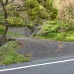 鏡山北側の三丁へ向かう車道から鏡山のひれふり展望台コース登山口へ至る脇道の入口の画像