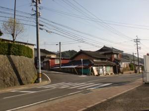 神田駅前の韮岳登山口方面に向かう入口のT字路の画像