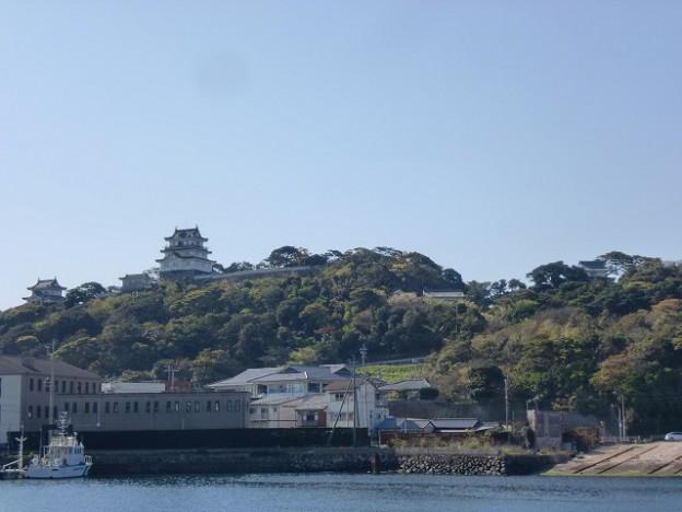 平戸港から見上げる平戸城の画像