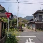 津吉橋バス停から橋を渡った先にある一時停止の4差路の画像