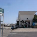 前津吉港桟橋待合所と平戸市ふれあいバスの前津吉桟橋バス停の画像