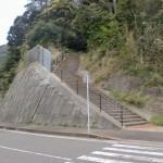 野子バス停前の志々伎神社へ続く階段の画像
