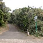 志々伎山の中腹の駐車場そばの登山道入口の画像