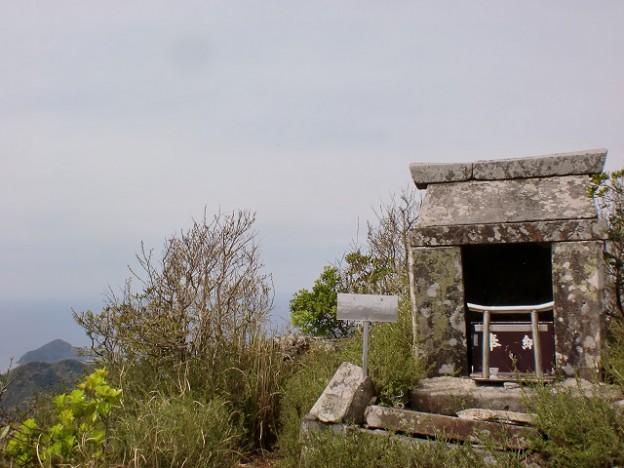 志々伎山山頂の祠(平戸)の画像