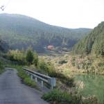 人形石山登山道入口に至る途中のの林道を出たところにある貯水池付近の画像