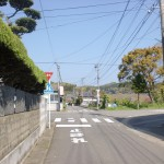 浦ノ崎駅の北側の踏切前の交差点の画像