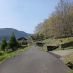 西分バス停前の5差路から農道を上がったところにある人形石山登山口への分岐地点の画像
