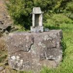 人形石山・国見岳登山道入口(浦ノ崎駅側)にある弁財尊天の祠の画像