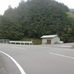 歯長峠口バス停側にある歯長峠へのへんろ道の入口の画像