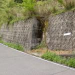 奥の湯公園キャンプ場(奥の湯ふれあいの里)入口前の分岐前にある竜王山の登山道入口の画像