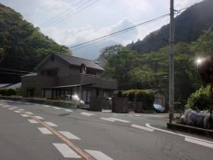 梅林口バス停そばの林道入口の画像