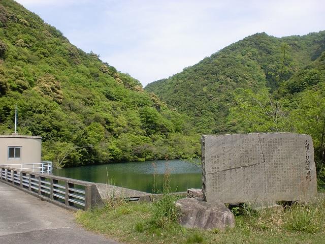 大山の登山口となる川股ダム(川股池)の画像