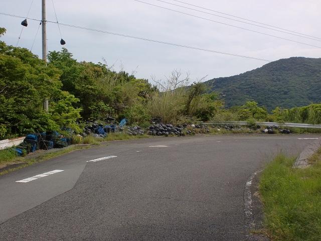由良山登山口前の路肩に置かれた定置網の浮のような黒くて丸いプラスチック製の浮のようなものの画像
