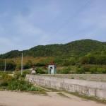白鳥動物園入口前の駐車場前から見る与治山の登山口方面の画像