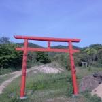 与治山の登山口にある赤い鳥居の画像