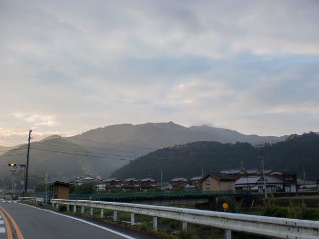 国道320号線沿いから見上げる戸祇御前山の山なみの画像