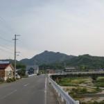 とらまる橋から虎丸山登山口に行く途中の車道の画像