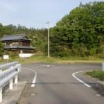 那智山の入口の少し先にある橋を渡った先のT字路