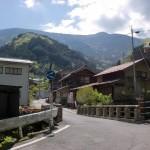 上名野川バス停前の橋から見る中津明神岳方面の画像