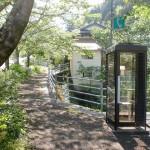 伊予旭バス停そばの電話ボックスの画像