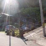 伊予旭バス停の裏にある床屋さんの横の旧中津小学校に続く小路の入口の画像