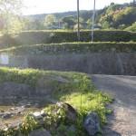 伊予旭バス停の裏にある床屋さんの横の旧中津小学校に続く小路を上って行った先で中津の集落に出たところの画像