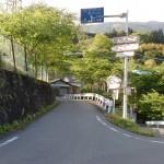 旧中津小学校(久万高原町)の右側のしだれ桜に行く坂道の入口の画像