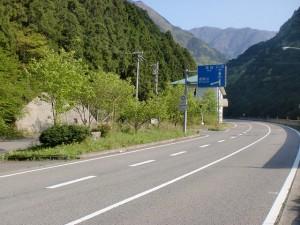 寒風山トンネル北側出口手前の旧寒風山トンネル方面の旧道に入る個所の画像