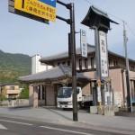 琴電琴平駅と琴参バスの琴電前バス停の画像