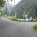 神部バス停そばの楠窪林道入口のT字路(三ヶ森登山口入口)の画像