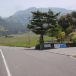 県道209号線から上林森林公園に向かう林道の入口の画像