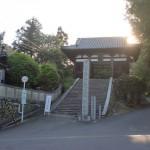 太山寺バス停(伊予鉄バス)と太山寺の山門の画像