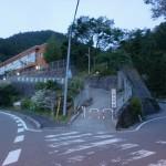 河中バス停のそばにある日浦小学校手前から県道196号線に入るところの画像