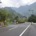 県道47号線沿いにある東平に向かう林道の入口の画像