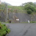 松山自動車道の下にある松尾城跡への入口分岐の画像