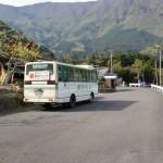 保井野集会所バス停の少し上で待機する周桑バスの画像