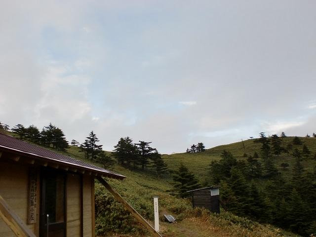 堂ヶ森の愛媛大学山岳会避難小屋から見る縦走路の画像