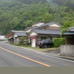 箸蔵ロープウェイ駅手前にある箸蔵街道の登り口の入口T字路の画像