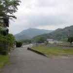 讃岐財田駅前の線路沿いの道の画像