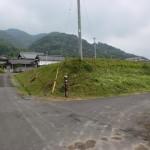 讃岐財田駅の東側にある踏切を渡った先のT字路の画像