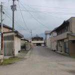 塩入駅前の車道の画像