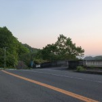 前山ダムの堤防の上の道の入口