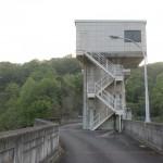 前山ダムの堤防の上の車道