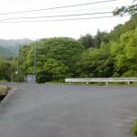 前山ダム北側のダム沿いの車道を進んだ先のT字路