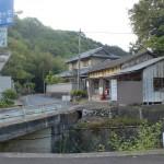 森橋バス停横の県道148号線に入る橋のところ